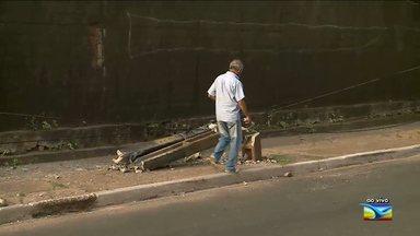 Acidente derruba poste e gera riscos a pedestres em avenida de São Luís - O poste ficou caído e a fiação energizada está muito próxima ao chão, gerando riscos aos pedestres que passam pelo local.