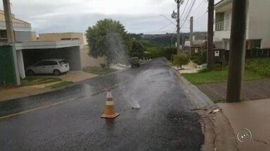 Vazamento de água é registrado em Marília - Os moradores de Marília (SP) registraram um vazamento de água na Rua Valter Sergio da Silva. O desperdício ocorre desde domingo (13).