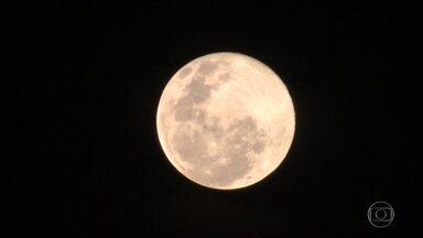 Fenômeno da Superlua é o maior das últimas décadas - Esta segunda-feira (14) é a melhor oportunidade em quase 70 anos para observar a Superlua. Um fenômeno que ocorre quando a Lua cheia surge no ponto da órbita mais perto da Terra.