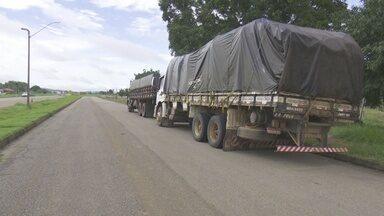 PRF apreende dois caminhões com madeira irregular em Ariquemes - Veículos transportavam 26 metros cúbicos de três espécies de madeiras.Falta de documentação e divergências na carga resultaram nas apreensões.