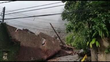 Chuva deixa dois desaparecidos na Região Serrana do RJ - Duas pessoas estão desaparecidas em Petrópolis, onde houve um deslizamento de terra. Pelo menos quatro casas foram atingidas.