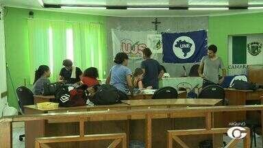 Manifestantes desocupam Câmara de Vereadores de Arapiraca - Medida foi tomada após mandando de reintegração de posse que foi cumprido com o auxílio da Polícia Militar.
