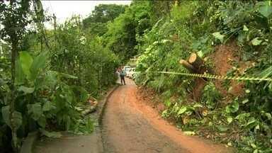 Deslizamentos de terra assustam moradores na Baixada Fluminense - Em Duque de Caxias, a cidade mais atingida, em dois dias choveu mais do que era esperado para o mês inteiro. Em Xerém, distrito de Duque de Caxias, houve nove deslizamentos de terra.