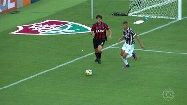 Fluminense e Atlético Paranaense empatam no Rio de Janeiro - Os cariocas aproveitaram o feriado e colocaram mais de 40 mil torcedores no Maracanã. Empurrado pela torcida, o Fluminense saiu na frente, mas o jogo terminou empatado em um a um.