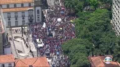 Servidores públicos protestam em frente à Alerj - Depois do feriado, começam as discussões na Assembleia Legislativa do Rio sobre as medidas do governo do estado que preveem cortes no orçamento.