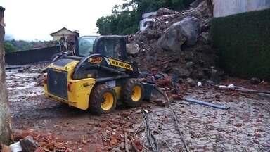 Temporal deixa dois mortos em Petrópolis - O feriado foi de muita chuva e estragos. Duas pessoas morreram na cidade de Petrópolis. Já começou o trabalho de desobstrução das ruas do bairro Quitandinha.