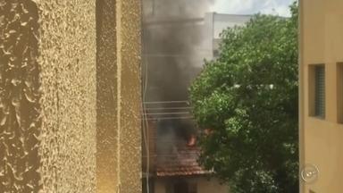 Velas causam incêndio e chamas atingem três cômodos de casa - Velas acesas causaram um incêndio que destruiu uma casa em Botucatu (SP) na quarta-feira (16). Imagens das chamas feitas de um prédio próximo ao local mostram a proporção do incêndio, que tomou conta do telhado do imóvel, que fica na Vila São Lúcio.