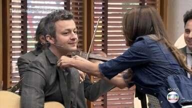 Mãe de Lucas Lima liga ao vivo para o filho ajeitar o colarinho - Patrícia Poeta ajuda o músico a compor o figurino e pede que Dona Lô envie nova mensagem para dizer se o visual foi aprovado