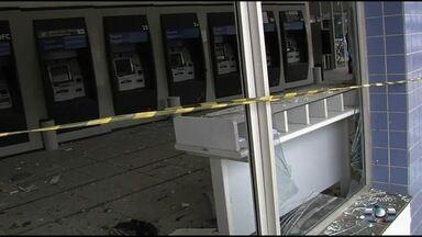 Criminosos explodem caixa eletrônico em banco no Setor Cidade Jardim, em Goiânia - De acordo com a Polícia Militar, assaltantes colocaram dinamites na parte traseira no terminal.