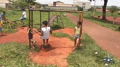 Moradores pedem revilatização de praça no Residencial Alice Barbosa, em Goiânia - População afirma que única opção de lazer da região está abandonada.