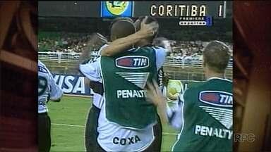 Baú do Esporte apresenta vitória do Coxa no Maracanã - Com Evair vestindo a camisa alviverde, o Coritiba venceu o Flamengo de Vampeta no Brasileirão de 2001