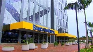 Banco do Brasil vai fechar agências e oferecer plano voluntário de aposentadoria - O Banco do Brasil anunciou uma reestruturação com o fechamento de mais de 400 agências e um plano de demissões voluntárias. Assim, espera economizar até R$ 3,8 milhões.