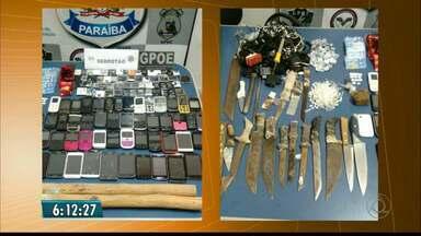 Agentes apreendem 51 celulares em presídio de Campina Grande - Dupla em moto, jogou sacola com aparelhos por cima do muro do Serrotão. Espetos, estimulantes sexuais e droga também foram apreendidos.