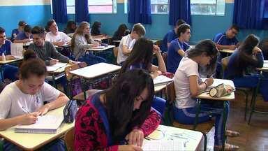 Alunos de colégios estaduais, em Cascavel, repõe aulas perdidas durante as ocupações - Estudantes estão entrando mais cedo e saindo mais tarde por conta da aula extra