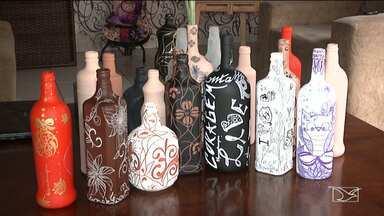 Quadro 'Fica a Dica' mostra como customizar garrafas de vidro - Peças simples e econômicas para reutilizar colocando em prática a criatividade e ainda contribuir para a redução de resíduos domésticos.