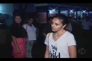 Juiz determina que menores de idade desocupem escolas em Ituiutaba - Após negociação, cerca de dez alunos saíram de duas escolas invadidas. Outros estudantes continuam no local; protesto é contra o governo.