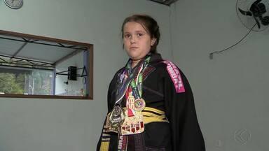 Lutadora mirim supera problema de audição com jiu-jítsu - Natália Salles, de 8 anos, estava perdendo a audição aos poucos e, com o esporte, ameniza os efeitos da doença. Luta ainda trouxe títulos para ela.