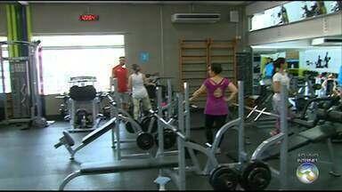 Exercícios e alimentação adequada são ideais para diminuir peso - Muitas pessoas optam por dança e pela reeducação alimentar.