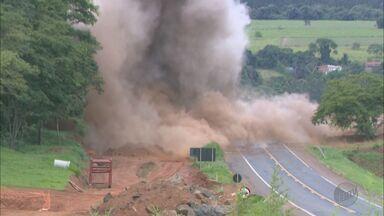 Explosão de pedreira fecha Rodovia Ronan Rocha em Franca, SP - Medida foi necessária para continuidade das obras de duplicação da pista.
