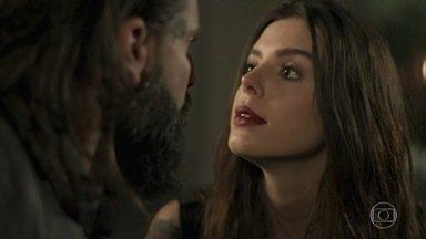 Sol Nascente - capítulo de terça-feira, dia 22/11/16, na íntegra - Elisa se insinua para Nuno e Vanda fica furiosa. Nanda e Peppino se beijam. Milena questiona os sentimentos de Ralf