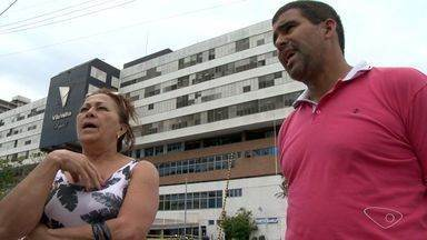 Falso médico aplica golpe em idoso internado em hospital de Vila Velha - Por telefone, falso médico solicitou depósitos para compra de remédios.Hospital colocou avisos de que não faz cobranças por telefone.