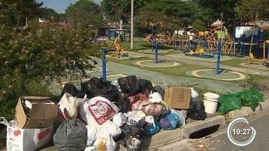 Coletores de lixo de São José decidiram manter a chamada 'operação tartaruga' - Eles esperam a chegada de novos carros para trabalhar.