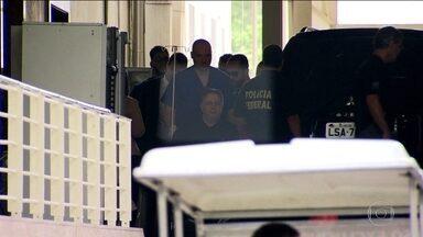 Garotinho recebe alta do hospital e vai cumprir prisão domiciliar - Ex-governador do Rio passou por um cateterismo no domingo (20). Ele foi levado para o apartamento onde mora, na Zona Sul do Rio.