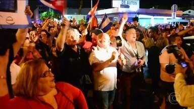 Exilados cubanos nos EUA comemoram morte de Fidel Castro - O regime ditatorial de Fidel Castro fez com que milhares de pessoas fugissem para os Estados Unidos, principalmente na década de 80. Existe até um bairro em Miami que se chama Little Havana.