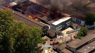 Incêndio atinge fábrica em Diadema - Segundo os bombeiros, trata-se de uma indústria de inseticidas na cidade da Grande São Paulo. Próximo ao local há também uma fábrica de espumas e colchões.