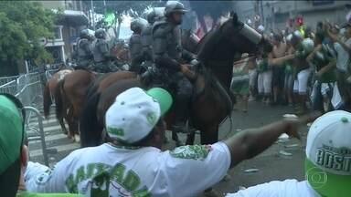 PM dispersa multidão no entorno da Arena Palmeiras - Muitas pessoas foram para o entorno do estádio para assistir ao jogo nos bares da região. No tumulto, duas mulheres desmaiaram e foram carregadas para receber atendimento dentro da arena. Dois rapazes foram levados para a delegacia.