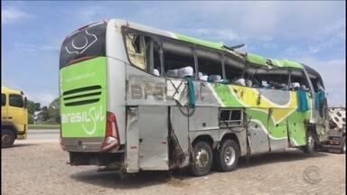 Acidente com ônibus que ia para SC mata três pessoas na BR-376 - Acidente com ônibus que ia para SC mata três pessoas na BR-376