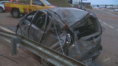 Adolescente morre e outras cinco pessoas ficam feridas em acidente na Rodovia Anhanguera - A motorista do veículo perdeu o controle, o carro capotou e bateu num barranco.