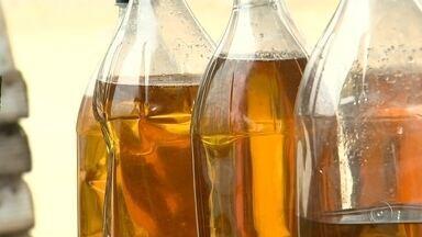 Saiba o que fazer na hora de descartar o óleo de cozinha usado - Saiba o que fazer na hora de descartar o óleo de cozinha usado. Descartar de forma irregular polui o meio ambiente.