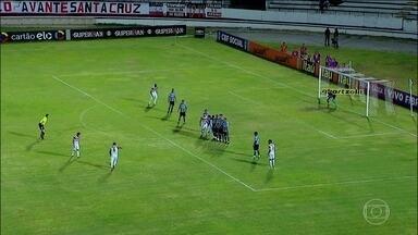 Grêmio é goleado pelo Santa Cruz pelo Brasileirão - Grêmio disputa a final da Copa do Brasil contra o Atlético-MG e o Santa Cruz já está rebaixado para a Série B do Brasileirão. Mesmo assim, o Santinha goleou o Grêmio por 5 a 1.
