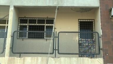 Homem suspeito de tentar matar a mulher é socorrido para hospital - Crime foi em prédio de Olinda, no último domingo.