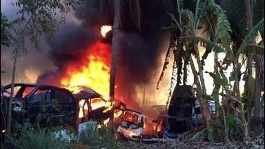 Incêndio destrói ferro-velho em Nova Cruz, no município de Igarassu - Foram mais de cinco horas para apagar as chamas.