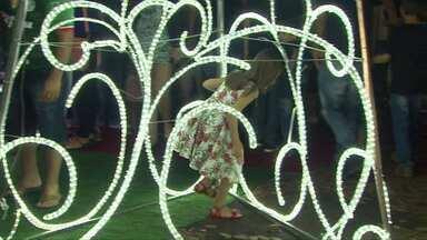 Moradores de Cascavel saem às ruas a noite para conferir luzes e a decoração de natal - Chega do papai noel no centro de Cascavel foi adiada, mas o centro já está todo enfeitado