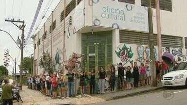 Funcionários protestam contra o fechamento da Oficina Cultural em São Carlos - Eles foram comunicados do fechamento da unidade na última quinta-feira (24).