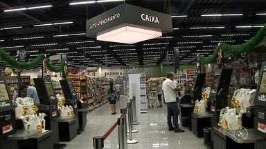 Supermercados de Jundiaí investem em tecnologia para atender clientes - Alguns supermercados da região de Jundiaí (SP) apostam em caixas de cobrança sem operadores para atender clientes.