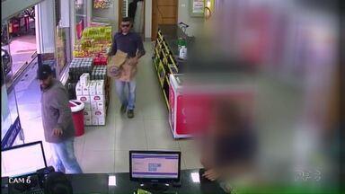 Assaltantes roubam posto de combustíveis no centro de Londrina - A dupla de ladrões levou todo o faturamento do final de semana do posto.
