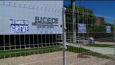 Servidores de oito instituições públicas de PE entraram em greve por tempo indeterminado - Em Petrolina, o Ipem, a Jucepe e o Instituto de Recursos Humanos, por exemplo, estão com as atividades paralisadas.