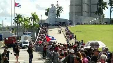 Começam em Havana as despedidas oficiais a Fidel Castro - Na Praça da Revolução, milhares de cubanos enfrentaram longas filas para prestar as últimas homenagens. As repartições públicas ficaram fechadas.