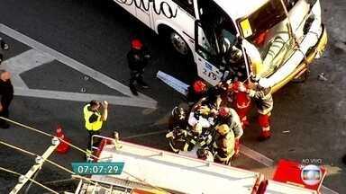 Motorista de ônibus fica preso nas ferragens após acidente na Rodovia Anchieta - Os bombeiros trabalharam no resgate do motorista que ficou preso nas ferragens do ônibus após o acidente com caminhão na rodovia. O condutor, que estava consciente, foi levado ao hospital.