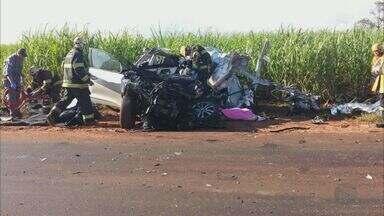 Empresário morre em colisão entre carro e caminhão em Altinópolis, SP - Vítima invadiu a pista contrária da vicinal e bateu de frente com a carreta, diz Polícia Militar.