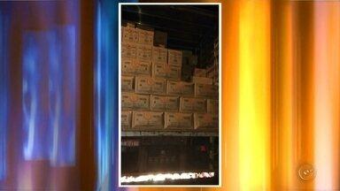 Polícia recupera caminhão roubado com carga de ovos avaliada em R$ 60 mil em Bauru - A Polícia Militar recuperou um caminhão roubado e um carro furtado na segunda-feira (5) à noite, em Bauru (SP). Depois de uma denúncia anônima, a PM localizou o caminhão roubado, carregado de ovos, no lote de um assentamento na estrada do horto.