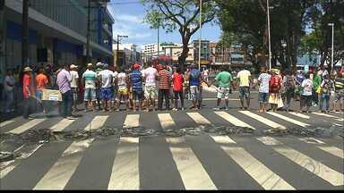 Avenida é interditada em protesto de ambulantes no Centro de João Pessoa - Vendedores ambulantes protestaram contra apreensão de mercadorias. Sedurb diz que material não corresponde a padrão da Vigilância Sanitária.