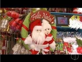 Enfeites de Natal já decoram vitrines de comércios no Vale do Aço - Quem não abre mão da decoração natalina vai encontrar diversas opções.
