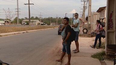 Diversas paradas de ônibus em Macapá não contam com abrigo coberto - Pessoas também reclamam da demora dos ônibus.