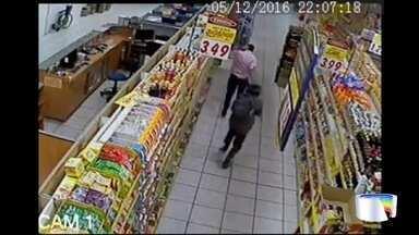 Imagens do circuito de segurança mostram roubo a supermercado - Crime foi nesta terça-feira (6) em Cruzeiro.