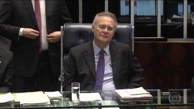Mantido na presidência do Senado, Renan trabalha em ritmo acelerado - Renan Calheiros chegou abriu sessão extraordinária para discutir a PEC que limita os gastos públicos e elogiou vice petista e o 'entendimento entre poderes'.